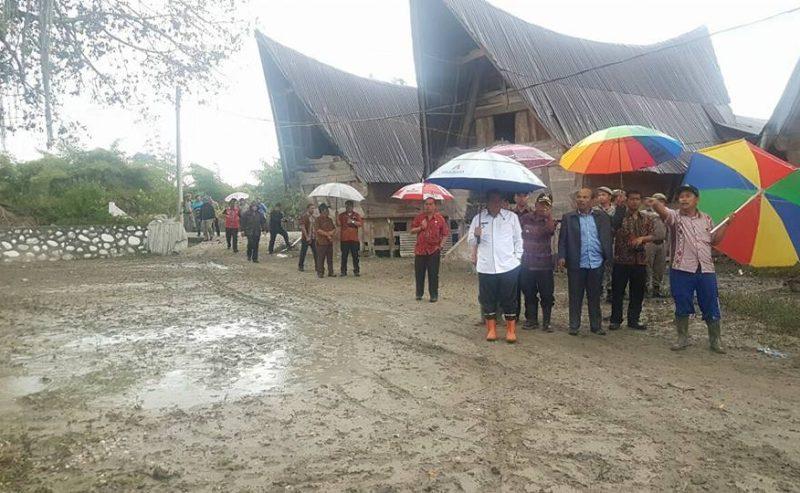 Bupati Meninjau Meluapnya Air Sungai Di Kecamatan Onanrunggu Dan Kecamatan Nainggolan
