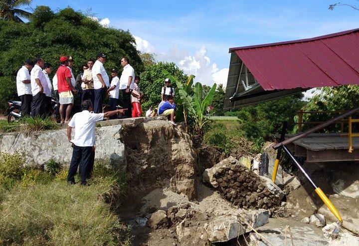 Bupati Samosir Meninjau Robohnya Jembatan Di Kecamatan Nainggolan