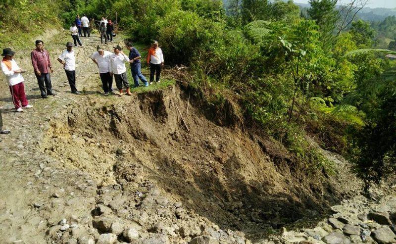 Longsor Memutus Jalan Penghubung Desa Urat Dan Desa Pananggangan II Di Kecamatan Palipi