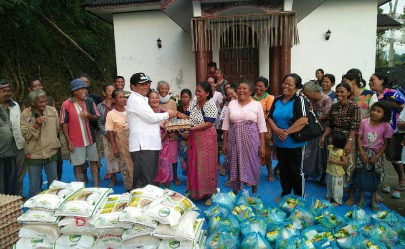 Bupati Rapidin Simbolon Menyerahkan 52 Paket Sembako Ke Desa Sibonor Opuratus Kec. Nainggolan