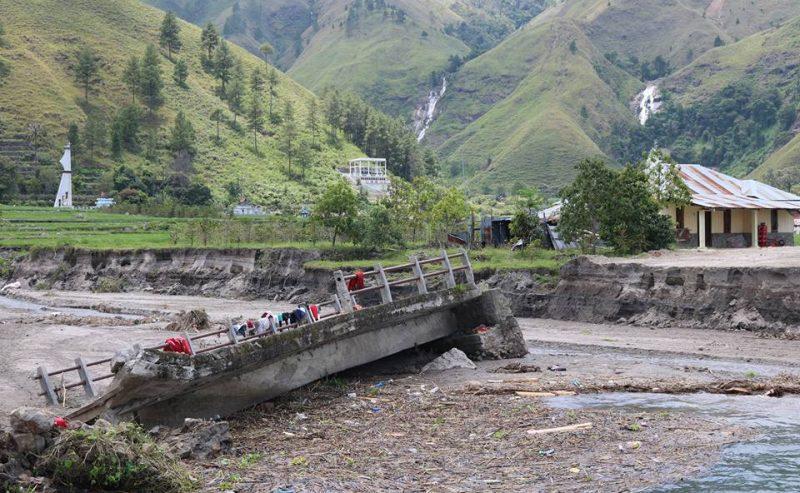 Bupati Samosir Melakukan Kunjungan Gereja Sekaligus Melihat Bencana Alam Di Bonan Dolok Kecamatan Sianjur Mulamula