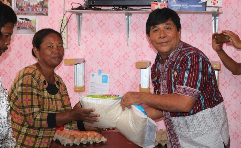 Wakil Bupati Samosir Menyerahkan Bantuan Kepada Korban Bencana Alam Di Kecamatan Nainggolan