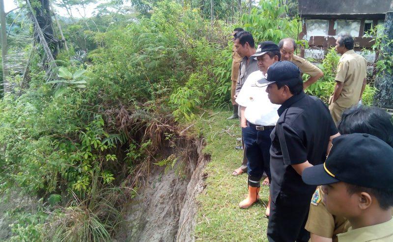 Bupati Samosir Tinjau Lokasi Longsor Di Desa Pasaran Parsaoran Kecamatan Nainggolan
